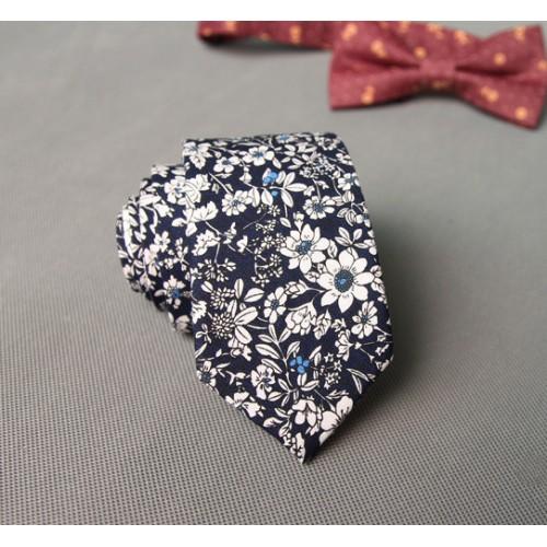 Cravata neagra cu floricele