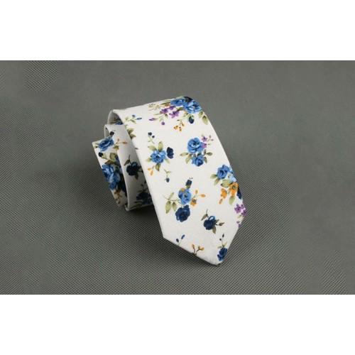 Cravata alba cu floricele albastre